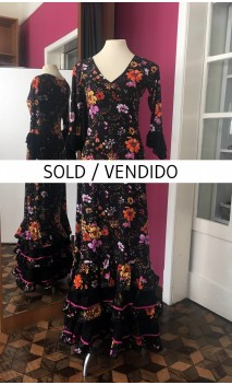 Vestido Negro Floral 5 Volantes c/Detalle Encajes