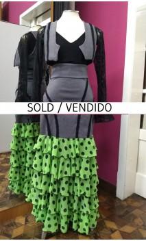 Conjunto Chaleco y Falda Negra c/5 Volantes Chiffon Verde c/Lunares