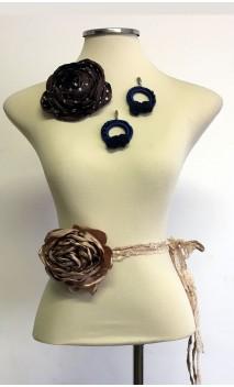 Conjunto Marrón y Azul de Pendientes, Flor de Satén y Adorno 1 Flor c/ Encajes